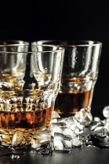 Виски и лед на деревенском дереве