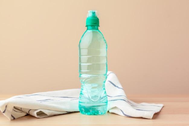 完全に閉じたプラスチック製の水ボトル。閉じる