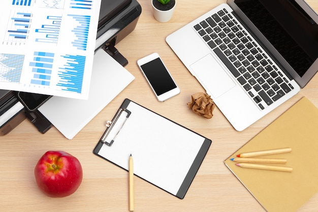 プリンターとコンピューター。オフィスのテーブル。上面図。