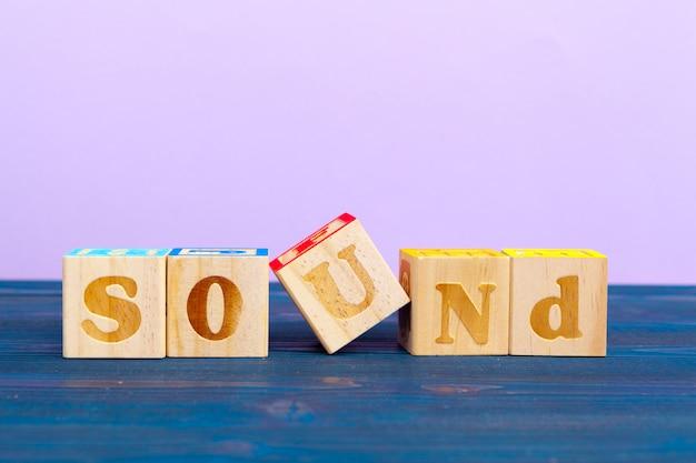 Куб деревянный блок с алфавитом строит слово звук