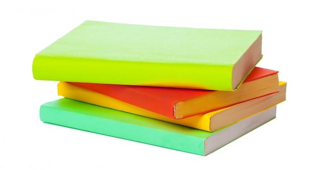 白い背景で隔離の本の山