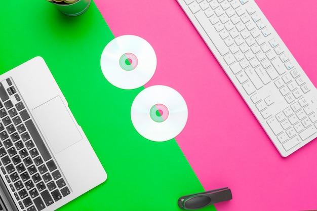 Творческий минимальный домашний офисный стол. макет
