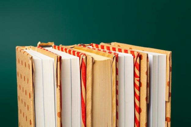 緑の背景に分離された本