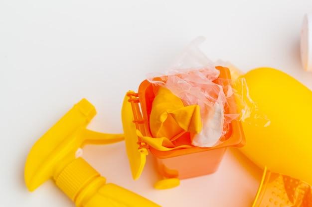 Мусорные баки и различный мусор, ирециклы