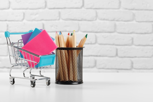 マルチカラーのペンと鉛筆を備えたミニショッピングカート