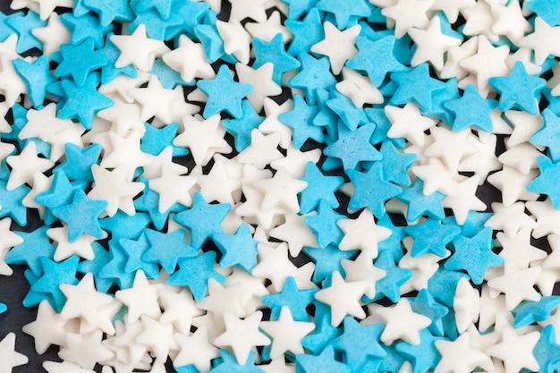 着色された星形のキャンディー砂糖が振りかける