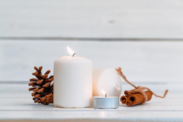 Домашнее освещение свечи на деревянный стол