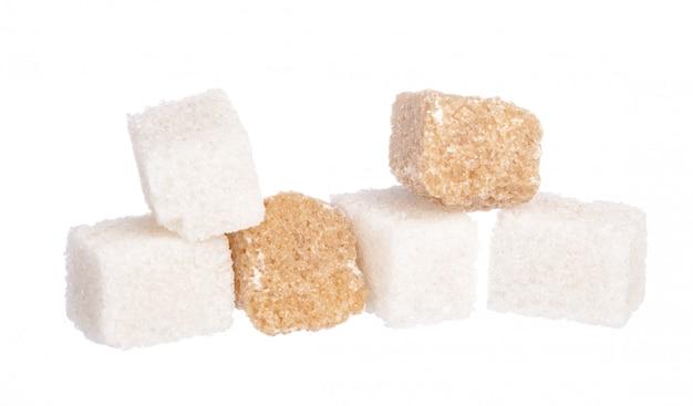 白い精製砂糖と茶色の未精製砂糖キューブ