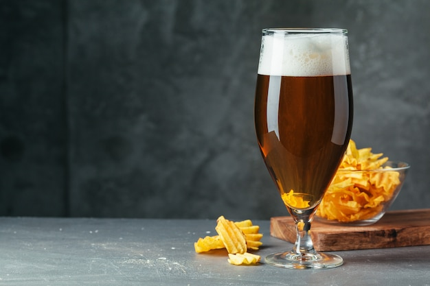 ビールスナックのボウルと黒ビールのグラスをクローズアップ