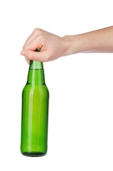 白で隔離されるラベルなしのビール瓶を持っている手
