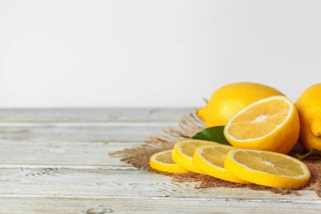 木製のテーブルにレモンの山