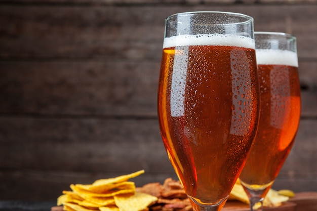 ガラスビールと木製のスナック