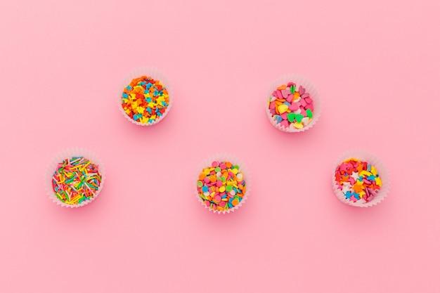 さまざまな砂糖の振りかけ、コピースペース付きの食品