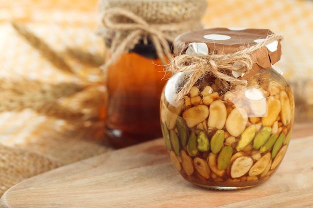 はちみつ 。木製のガラスの瓶に甘い蜂蜜。