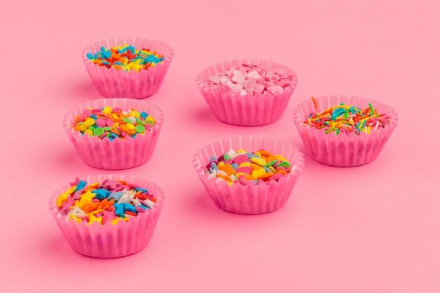 砂糖はピンクの段ボールに食べ物を振りかける