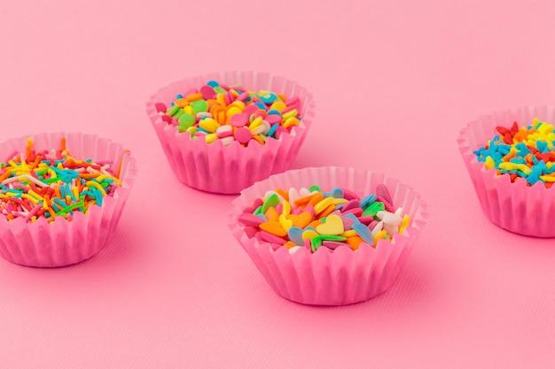 砂糖の振りかけ、ケーキとアイスクリームの飾り、ピンクのクッキー
