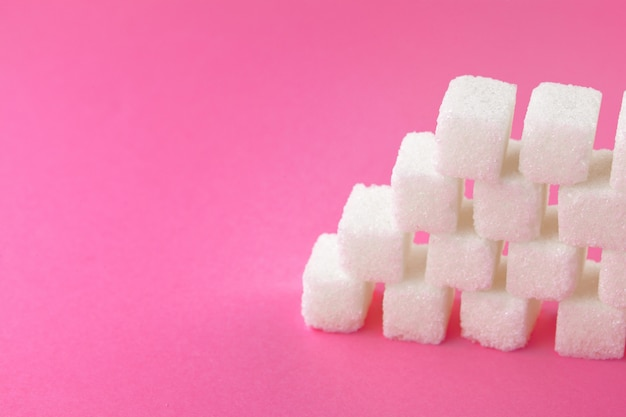 明るいピンクの砂糖のキューブ