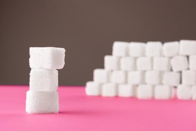 ピンクの砂糖のキューブ。テキストをコピーするための空のスペース