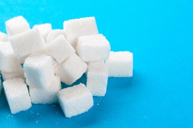 明るい青の白い角砂糖