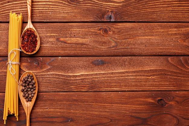 Сушеные макароны на деревянном