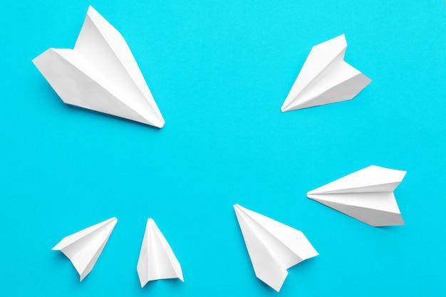 ブルーにホワイトペーパー飛行機