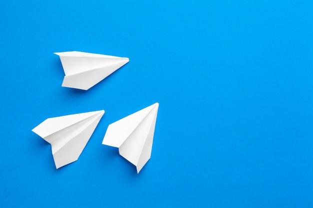 海軍の紙に白い紙飛行機