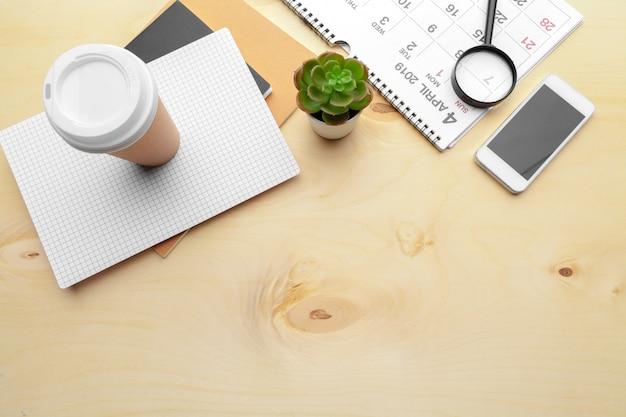虫眼鏡とカレンダー、ビジネスおよび会議