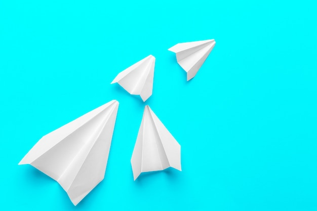 青の紙飛行機のグループ。新しいアイデアの創造性と革新的なソリューションのためのビジネス