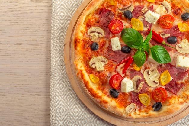モッツァレラチーズとチェリートマトのピザ