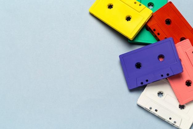 明るい灰色の背景に明るいレトロなカセットテープ