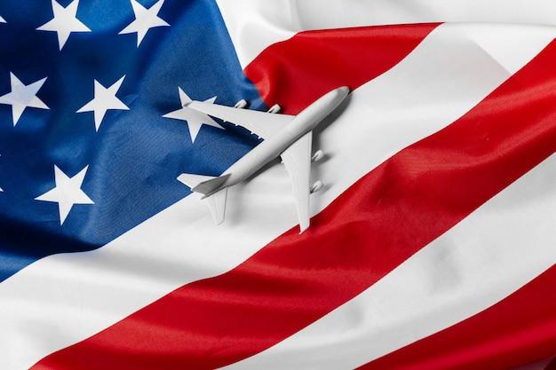 おもちゃのジェット機とアメリカの旗。