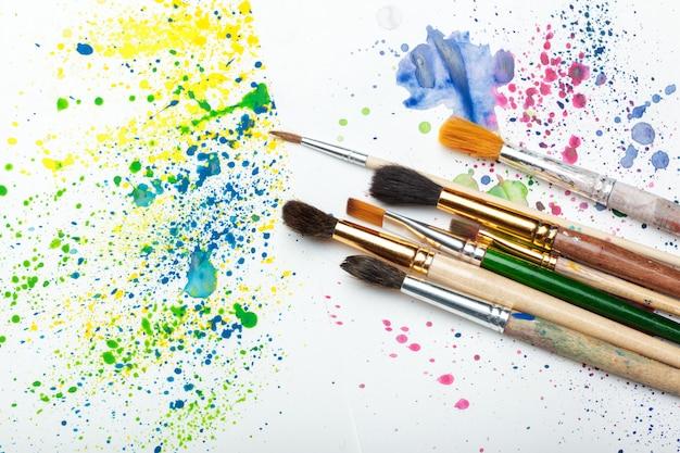 ペイントブラシと水彩抽象芸術