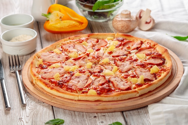 木製のテーブルで提供されるおいしい新鮮なピザ