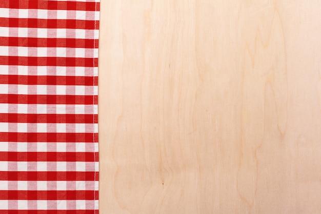 木製のテーブルに市松模様のテーブルクロス