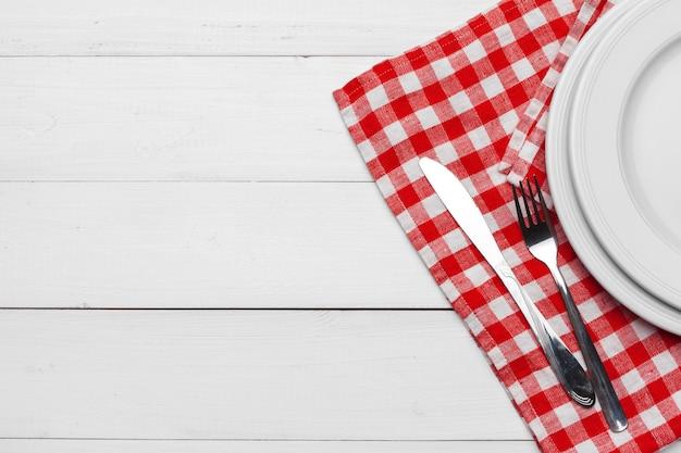 空の皿と木製のテーブル背景にタオル