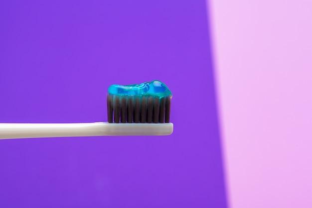 歯ブラシで歯の世話をする