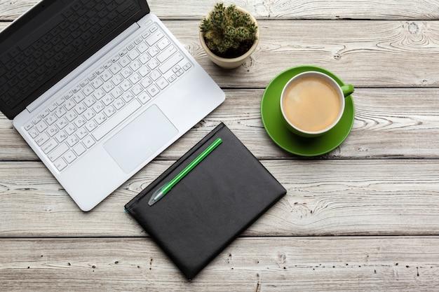 Офисные вещи сверху с ноутбуком и кофе