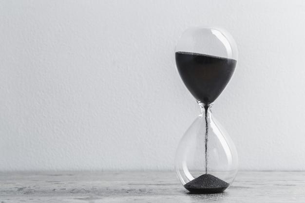白い背景を持つテーブルの砂時計