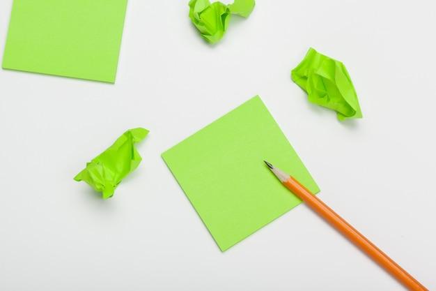 Мятую бумагу на белом столе мозгового штурма в офисе