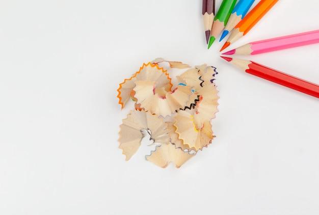 白で隔離鉛筆シェービングとシャープペンシル