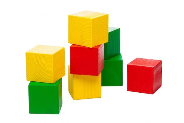 白い背景に分離された木製のビルディングブロック