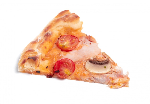 白い背景に分離された新鮮なイタリアの古典的なオリジナルピザのスライス