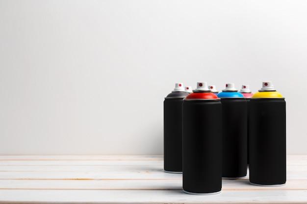 スプレー式塗料缶をクローズアップ