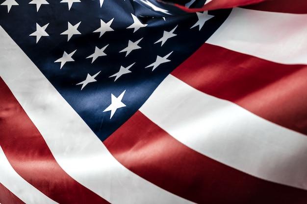 星とストライプのアメリカ国旗を美しく振る