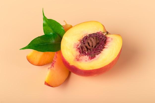 熟した桃のスライス