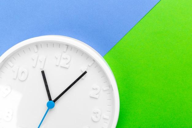 色の背景上の壁時計