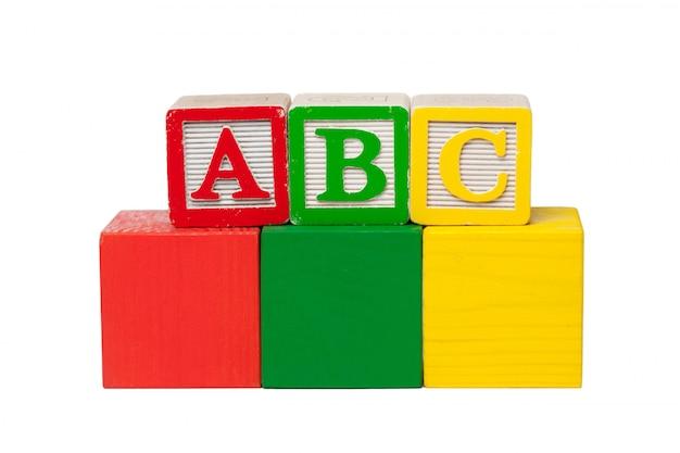 白い背景に分離された木製アルファベットブロック