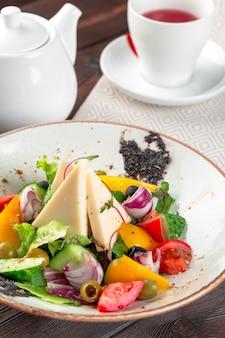 新鮮な野菜とフェタチーズのギリシャ風サラダ