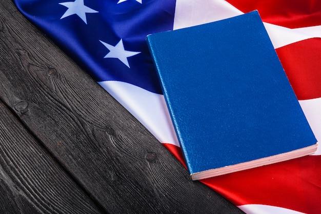 Библия лежит на вершине американского флага