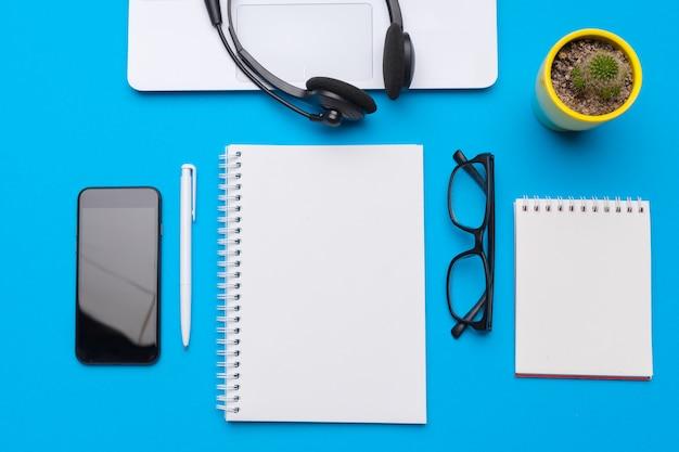 テキスト用の青、トップビューおよびコピースペースの供給とオフィステーブルデスク